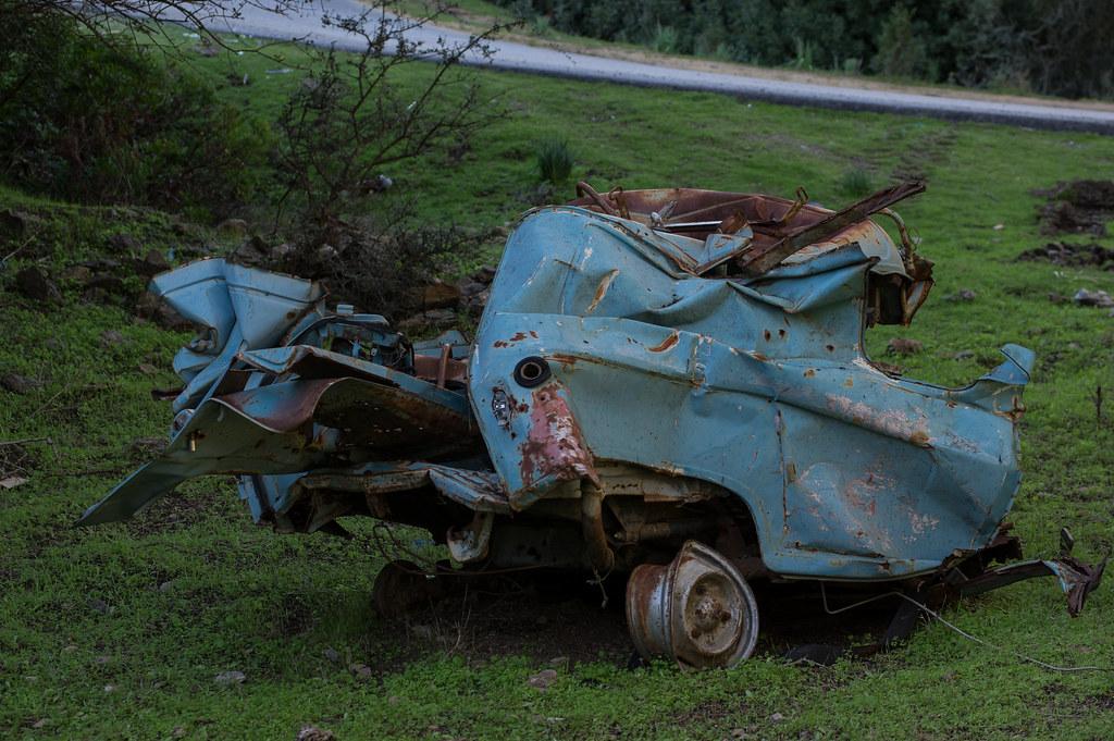 Teilgefalteter Renault 4 am Strassenrand
