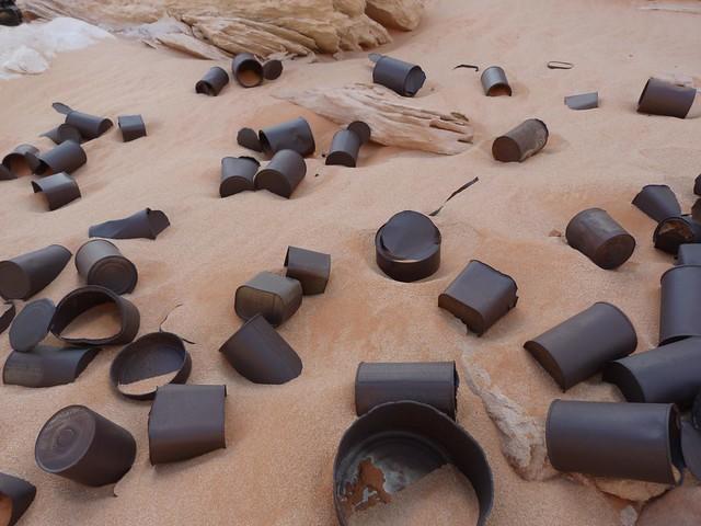 Latas abandonadas en el Chianti Camp de Wadi Sura (Egipto)