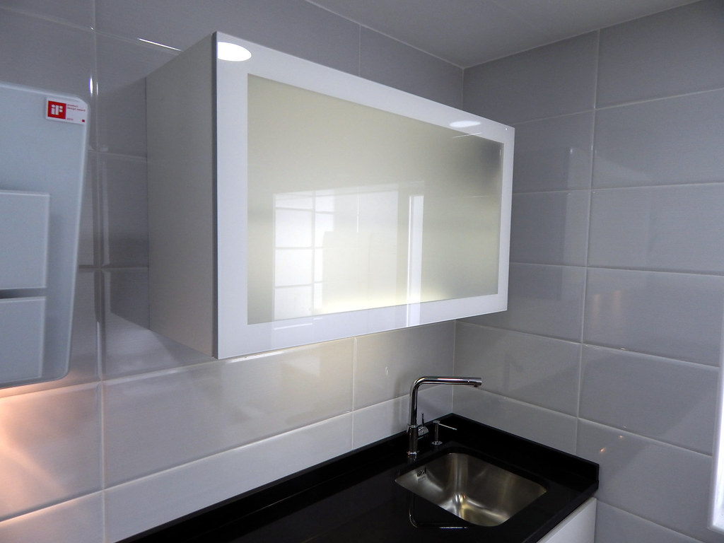 Mueble alto puerta cristal sin marco agustin moreno flickr - Cocinas sin muebles altos ...