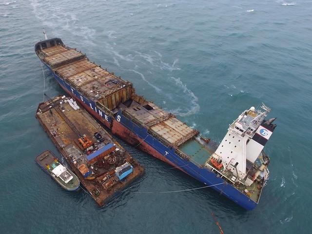 颱風季節即將來臨,德翔台北輪船體移除計畫期全部浮揚處理,避免二次污染。攝影:陳泰佑。