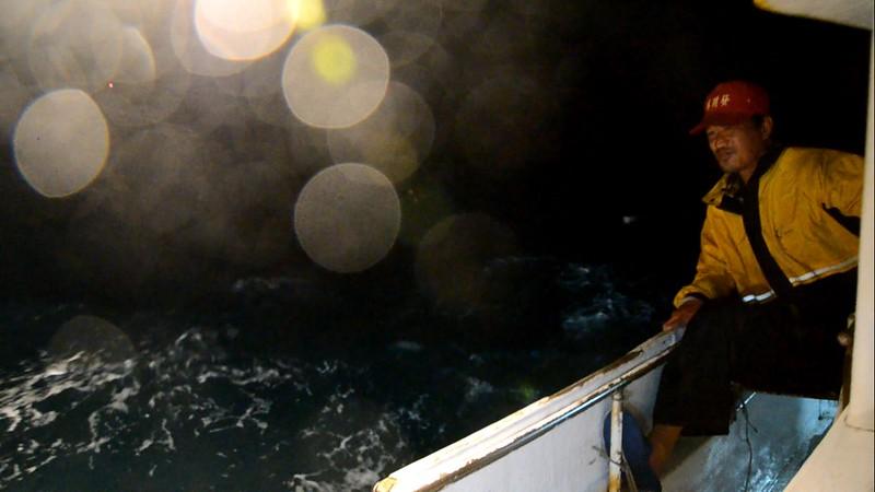 滿天星斗的黑夜海上,要捕魚得等上兩、三小時,船員都在休息,只有船長葉生鵬不能睡。攝影:潘佳修。