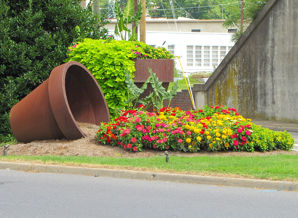 Large flower pots these large flower pot sculptures for Flower pot out of waste material