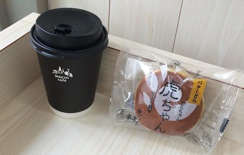 ナチュラルローソンのイートインで一休み。コーヒーのおともは「虎ちゃん」という名前の生どら焼き。
