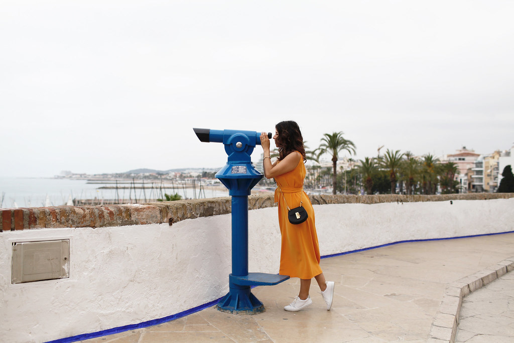Exploring Barcelona in Orange Ann Taylor dress and white sneakers in Summer