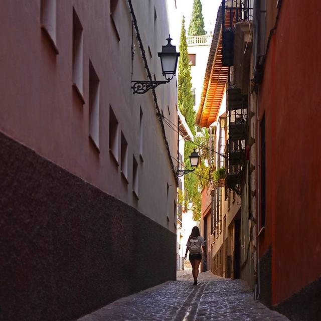 Paseando por las calles del barrio del Albaicín de Granada