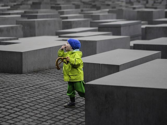 Kind mit Brezel