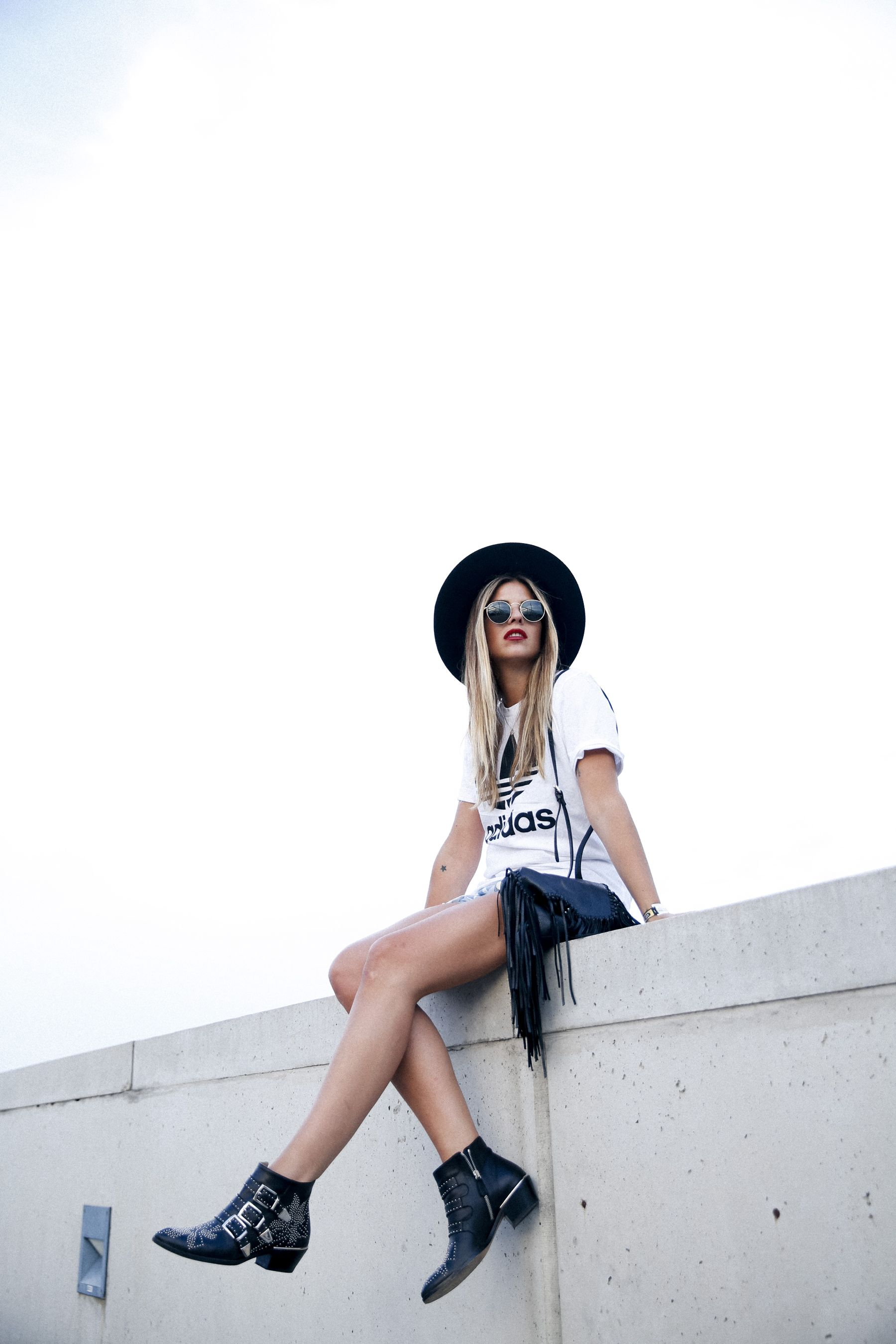 outfit look primavera spring street style trendy taste inspiration jeans shorts festival denim sombrero hat fringes leather boots ankle botines cuero flecos rayban chloe asos adidas primavera sound_3
