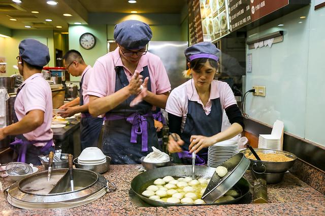 Famous Taiwanese sweet rice cake shop, Taipei 台北、雙連圓仔湯で餅を作る従業員たち
