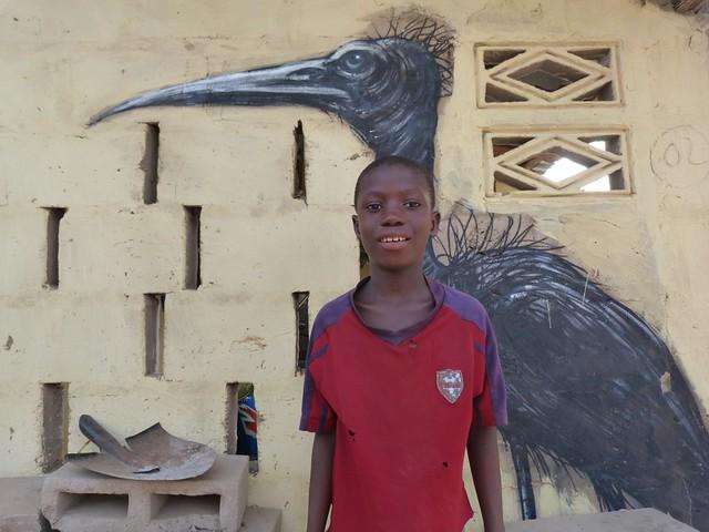 Niño en una aldea pintada de Gambia