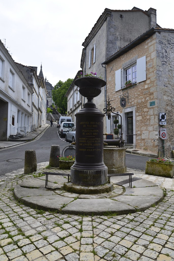 Le monument et le puit du village stephane mignon flickr for Le village du meuble bordeaux