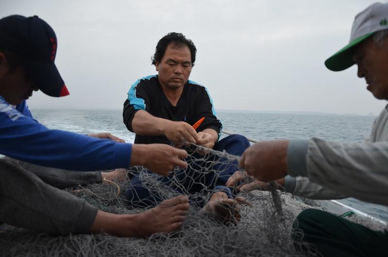抓土魠用的網子,價格不斐,要130萬元。設計成大網目(5.6-5.8吋),修補起來也非常費工,需要眾人協力才能完成。攝影:潘佳修