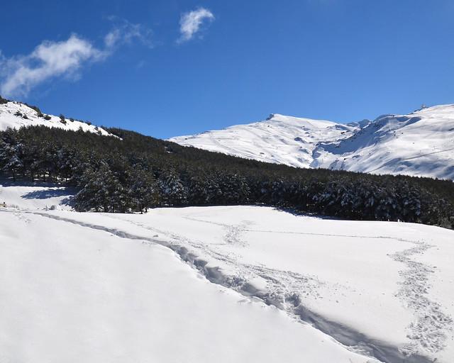 Sierra Nevada, un paraíso blanco, con el veleta al fondo y Pradollano