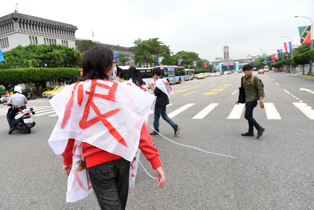 昨日因迫遷而被起訴再審的華光社區案的真遊行,經過總統就職典禮的預演現場。(攝影:宋小海)