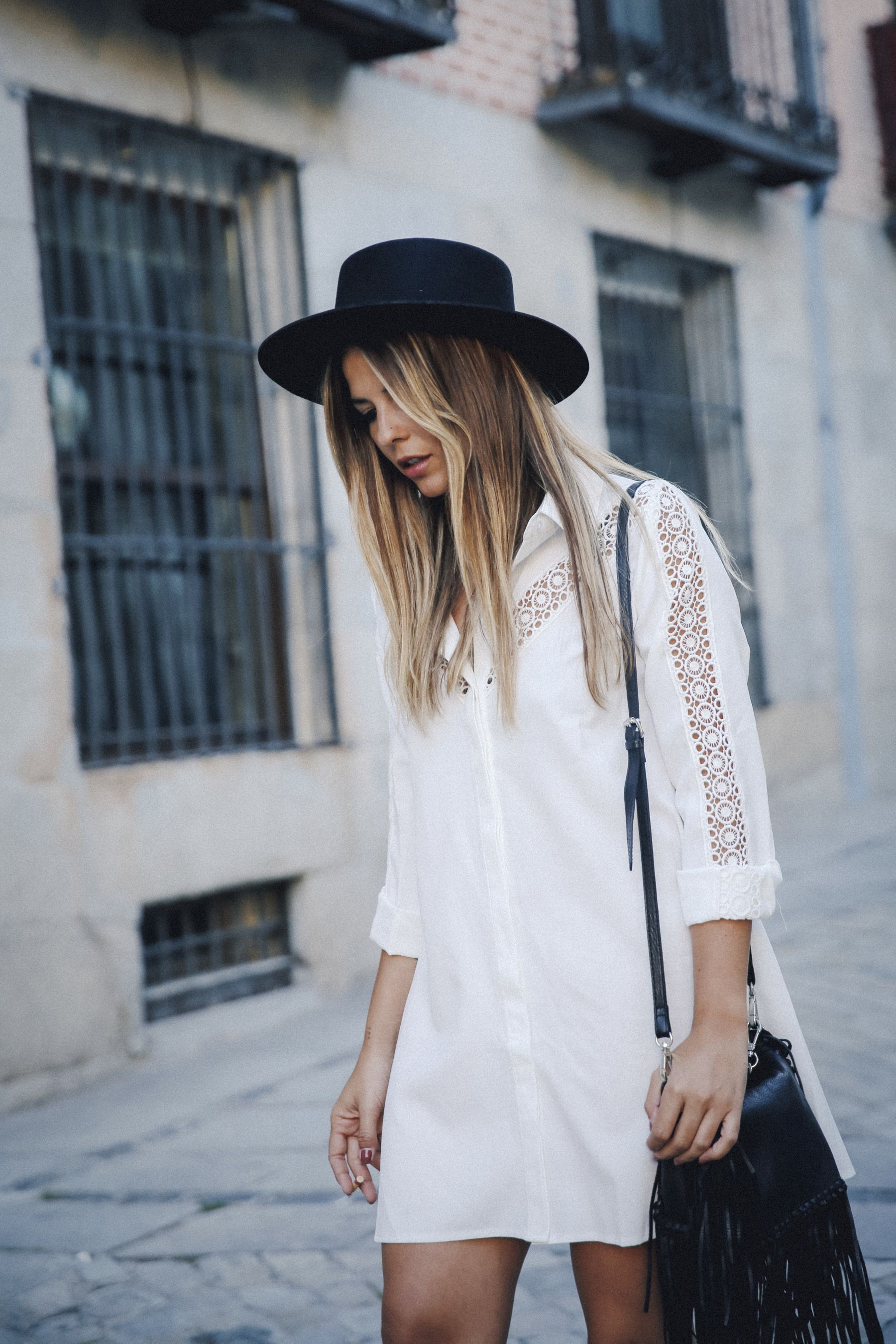 outfit look primavera spring street style trendy taste inspiration dress vestido casual sombrero hat brixton botines ankle boots susanna chloe bolso bag flecos fringes cuero leather asos blanco crochet lace
