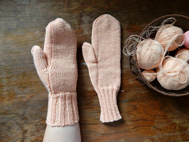 варежки с клиновидным большим пальцем, связаны на спицах | horoshogromko.ru