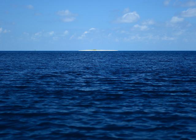 Acercándonos a la isla de Odagalla en barca de pescadores