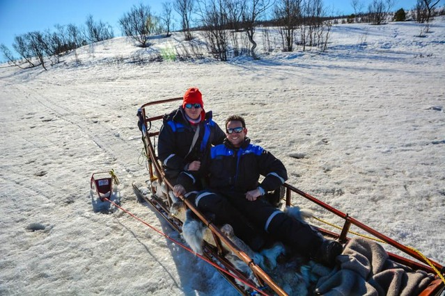 Sele e Isaac montando en trineo de perros en Laponia Noruega