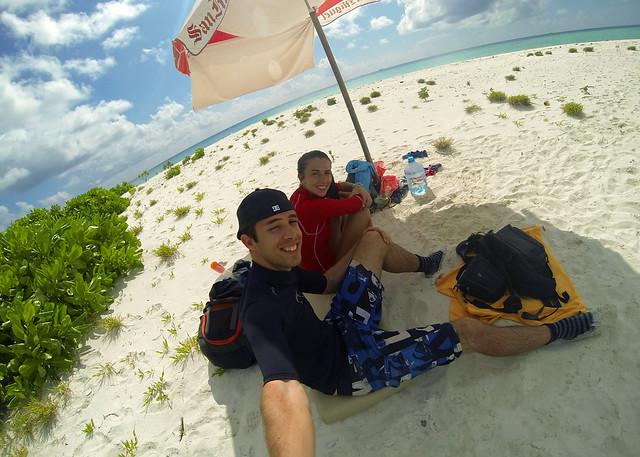 Bajo nuestra sombrilla con nevera en durante nuestra superviviencia en la isla desierta de Maldivas