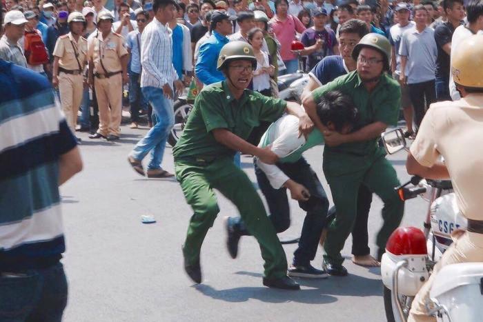 越南公安逮捕示威者。(圖片來源:thanhnientudo.com)