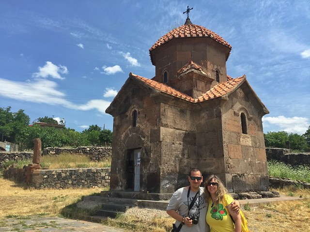 Sele y Rebeca en la iglesia más pequeña de Armenia