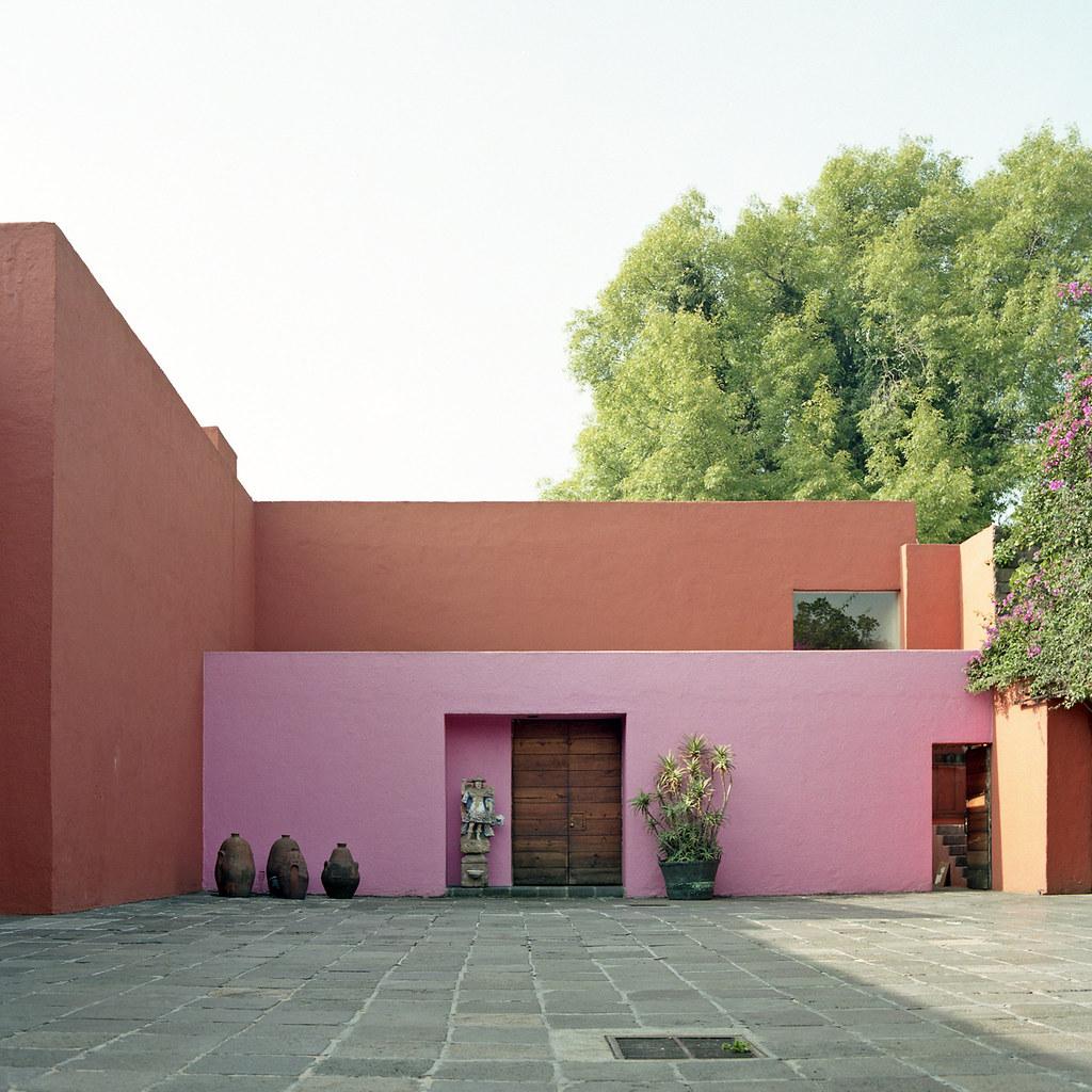 Casa eduardo prieto lopez entrance courtyard jardines for 777 jardines del pedregal