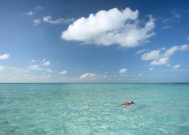 Flotando en las cristalinas aguas de las islas Maldivas