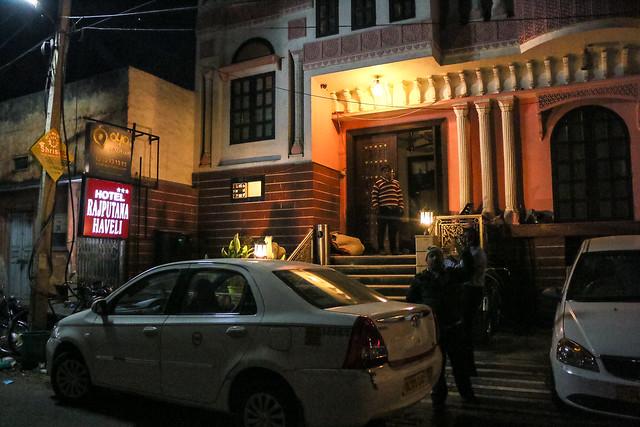 "Entrance of ""Hotel Rajputana Haveli"", Jaipur, India ジャイプール、ホテル・ラージプターナ・ハベリの入口"