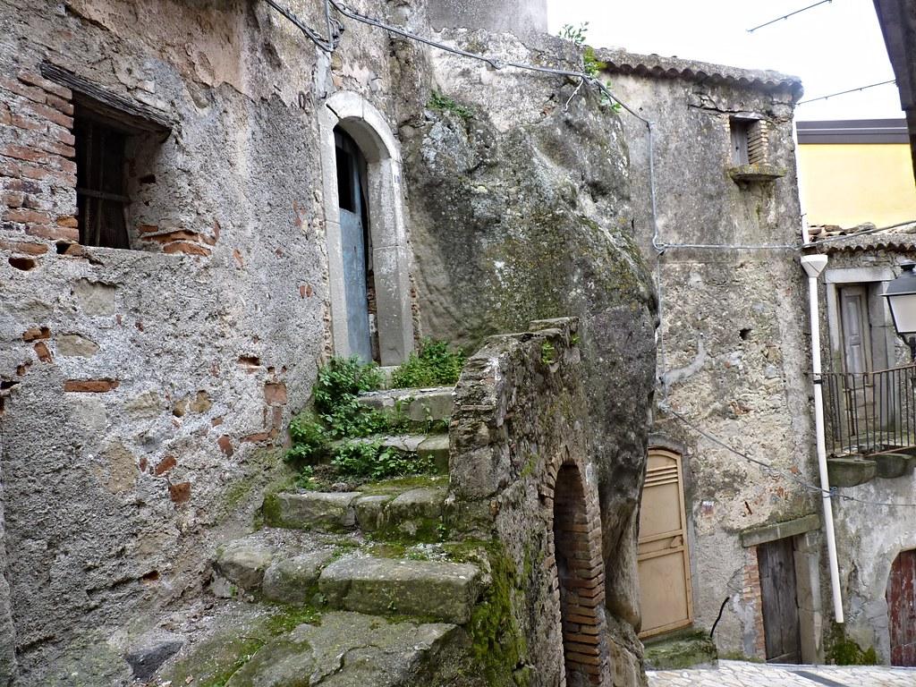 Motta camastra me le antiche case abbandonate motta for Disegni di case abbandonate