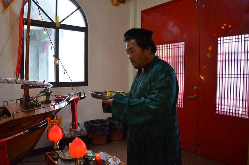 將軍嶼民阿明穿上古代服裝,畢恭畢敬到永安宮點香、上茶,祈求豐收。攝影:潘佳修。