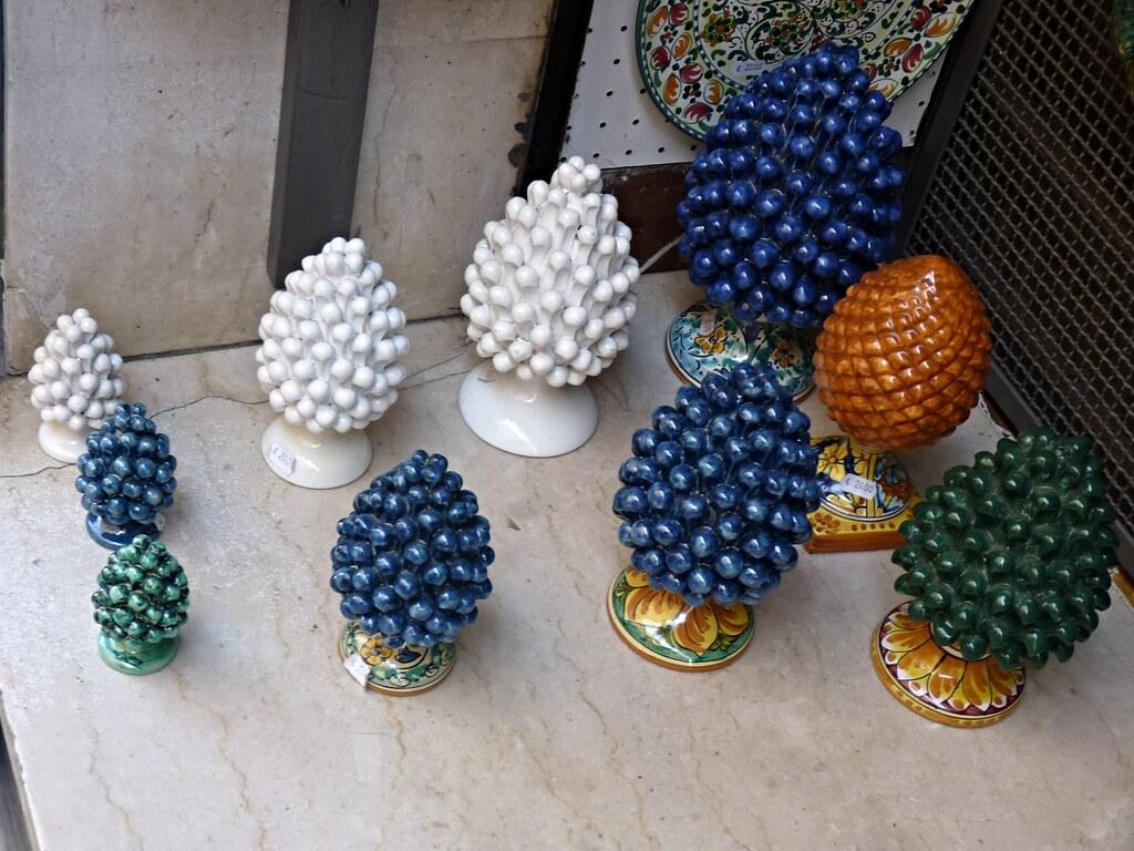 Via teatro greco taormina pigne di ceramica di caltagiro for I semi della pigna