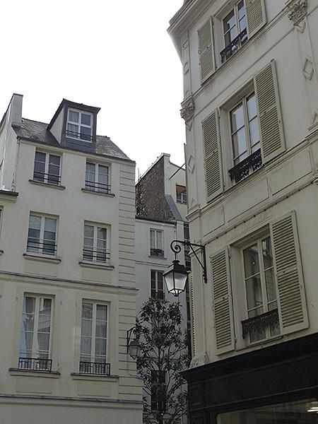 lampadaire au coin de la rue