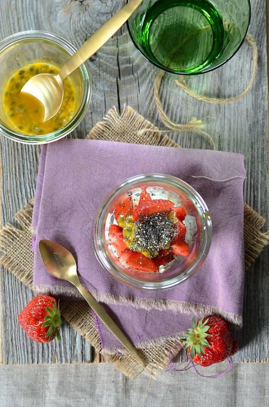 Verrine fraises, ricotta, fruit de la passion et graines de chia