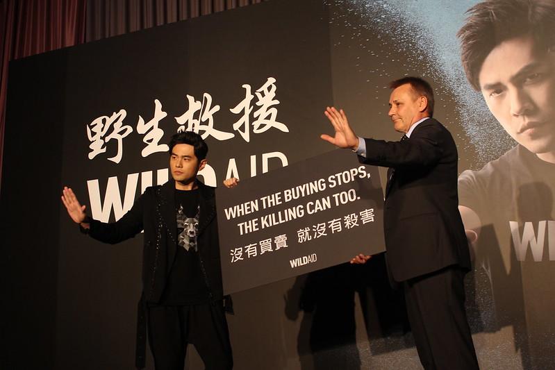 周杰倫為野生救援代言,昨記者會與WildAid執行長Peter Knight同台呼籲「沒有買賣就沒有殺害」。圖片來源:WildAid Taiwan