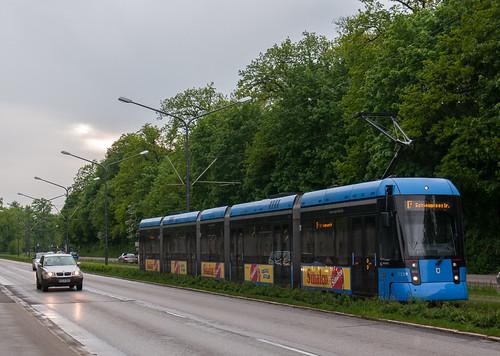 Variobahn Wagen 2319 hat soeben seine Fahrt von der Amalienburgstraße in die Stadt begonnen.