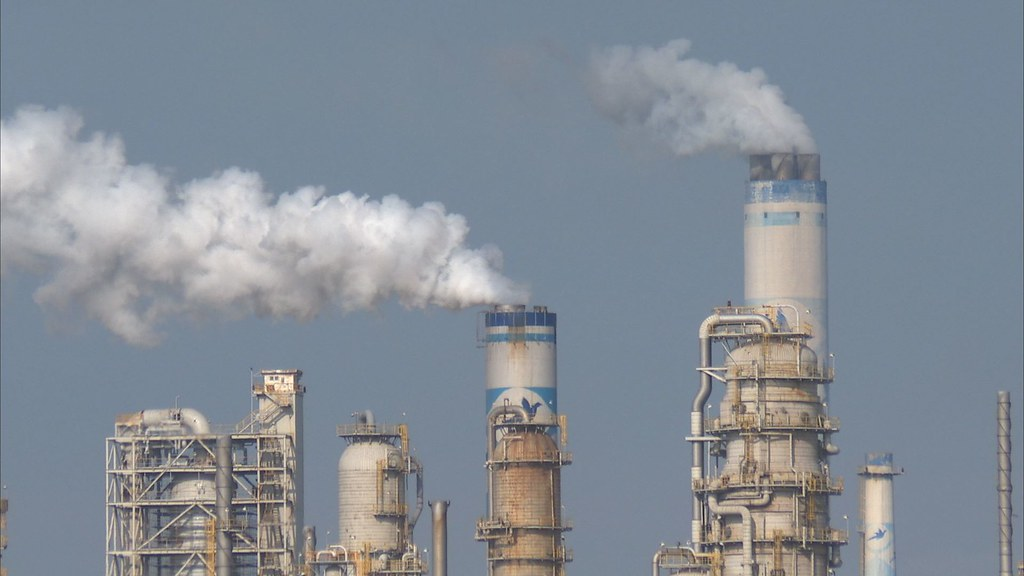 台灣減碳排名在國際間落後,學者認為決心、實績都不足。圖為六輕的煙囪;圖片來源:公共電視我們的島784-1-12