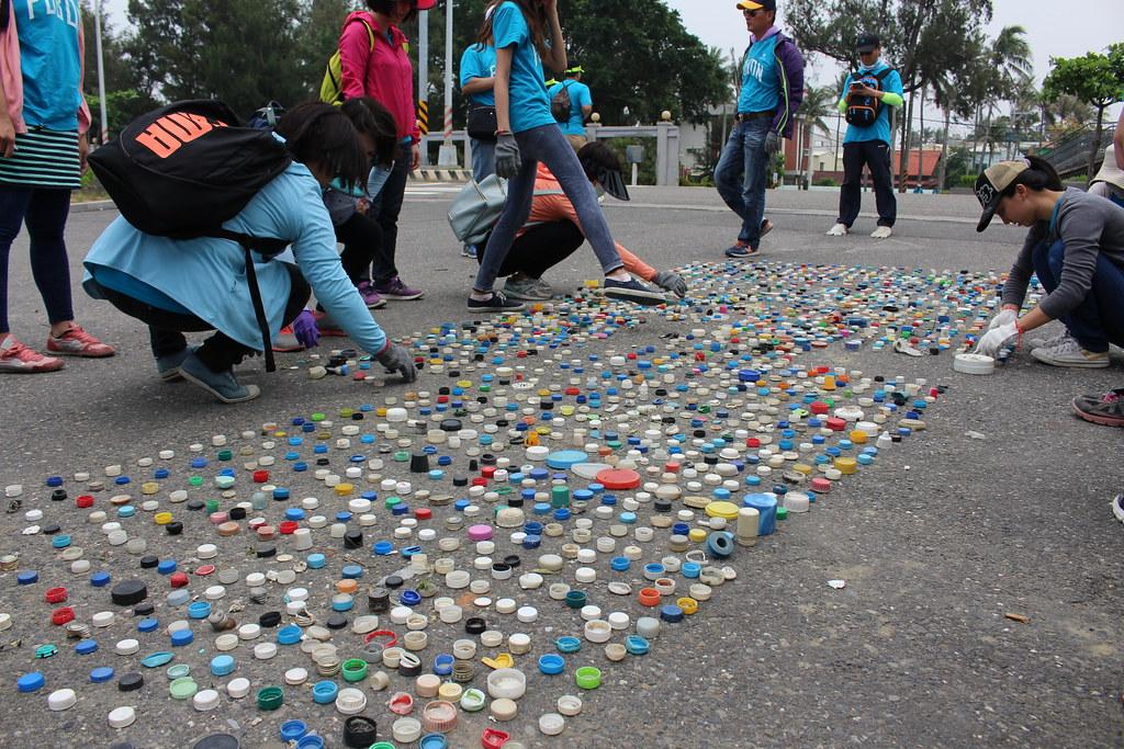 本次淨灘一共撿到1235個瓶蓋。攝影:瞿涵。