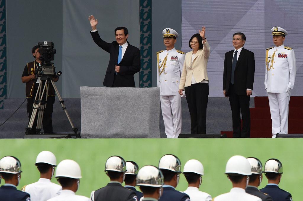 謝任的馬英九與上台的蔡英文向民眾揮手致意。(攝影:宋小海)