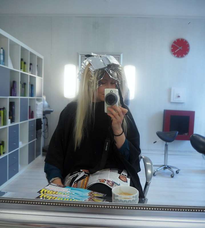 BlondeHighlightsInTheMakingHairdresserP7129106