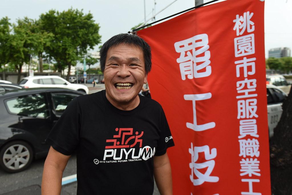 華航修護工會發言人劉惠宗雖然資方解僱打壓,仍前往罷工投票處聲援。(攝影:宋小海)