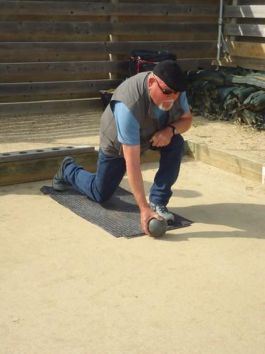 Quand les chaussures ne sont pas adaptées, Georges trouve la solution pour ménager les allées découvertes de Primel Trégastel