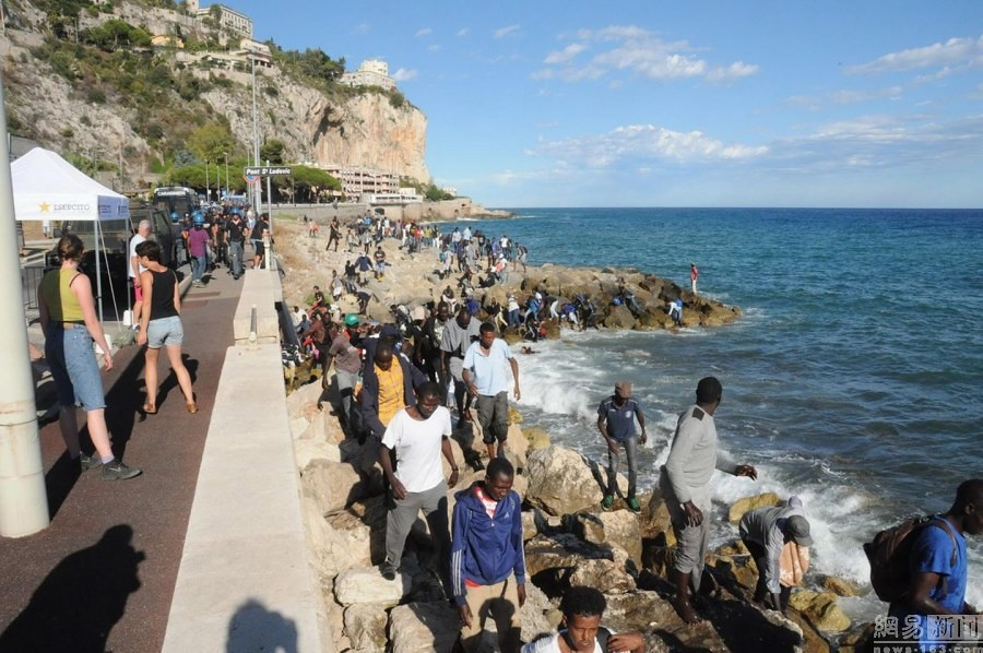 300 refugees from Italy jumped into fleeing to France