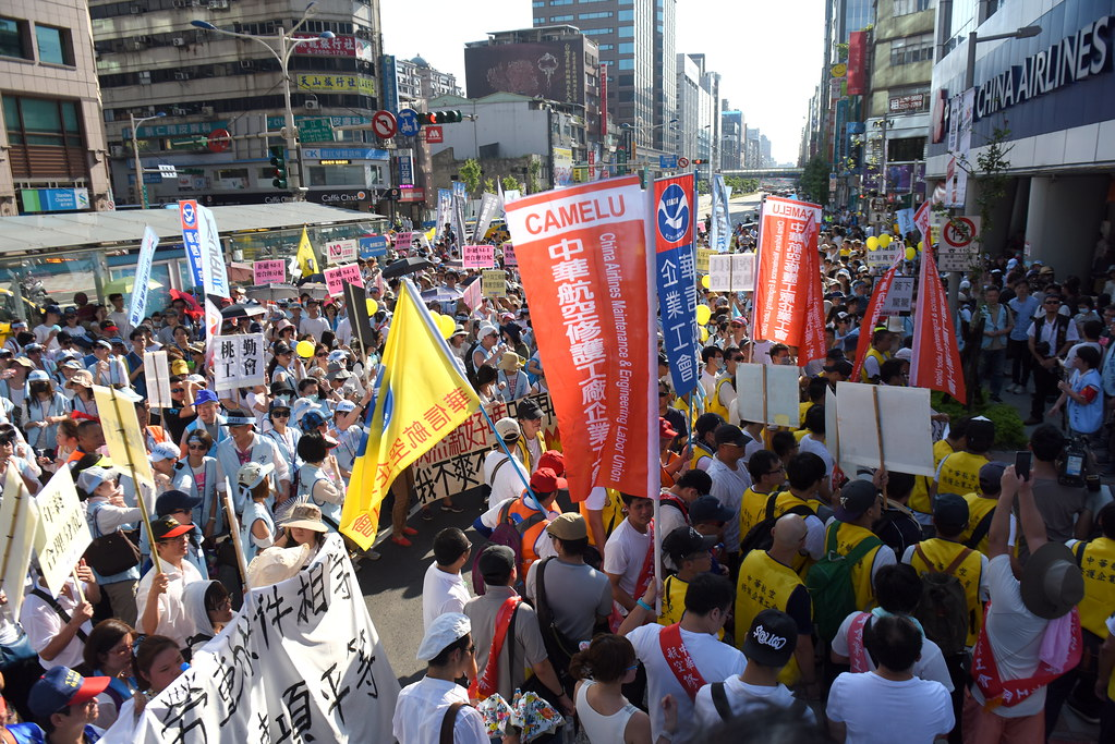 參與遊行抗議人數超過1500人,人潮溢出佔滿南京東路三線車道。(攝影:宋小海)