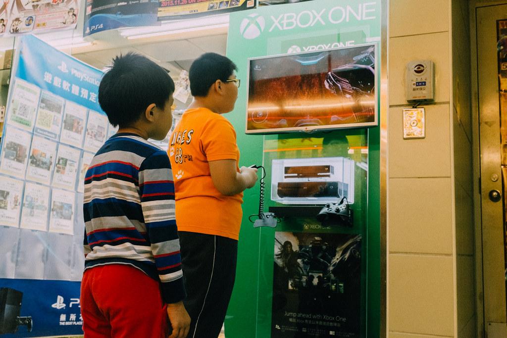 Hay muchos puestos donde probar las consolas, como estos niñios jugando a Xbox