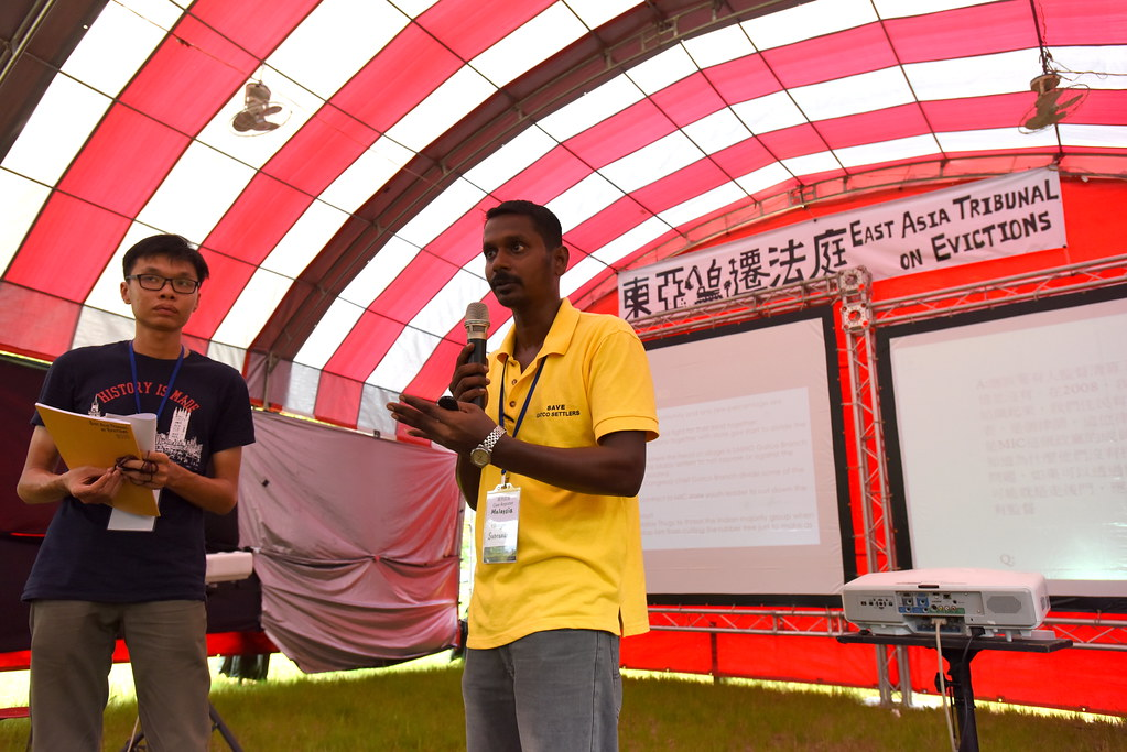 馬來西亞社會主義黨森美蘭州芙蓉支部幹部Tinagaran Subramaniam(右)質疑,農民在開墾計畫失敗後,竟僅是作為債務人,而不是受到補償的對象。(攝影:宋小海)