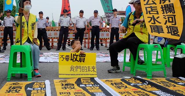 高雄內門、旗山反對馬頭山設置事業廢棄物掩埋場的民眾總統府前抗議 攝影:陳文姿