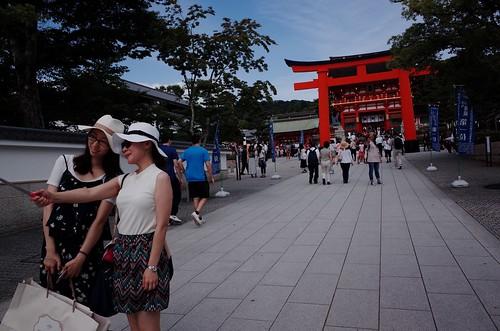 伏見稲荷大社は外国人Touristで大賑わい。