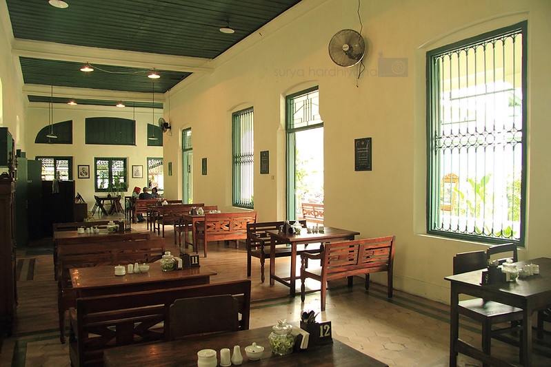 Suasana di dalam Rumah Makan Bakmi Jogja Trunojoyo, Surabaya