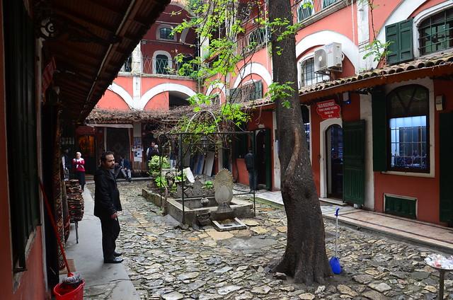 Ein Innenhof im grossen Bazaar. mit Bäumen