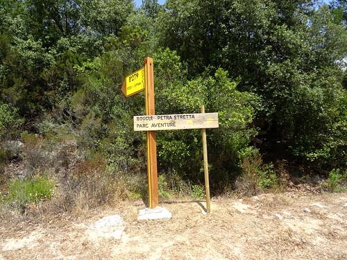 Anciens panneaux au départ de la piste de Luviu