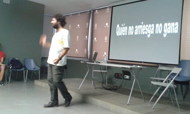 Anes Ortigosa durante una presentación. Taller creativo, ponencia de cratividad, hacer presentaciones de éxito